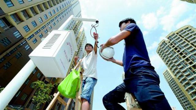 Arbeiter installieren Überwachungskameras